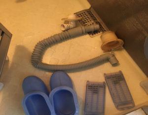 部品を洗う